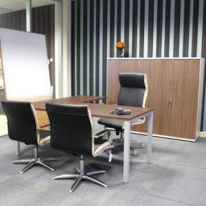 silla de oficina alta en un despacho