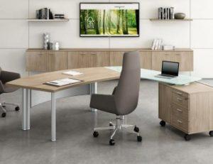 silla gris con ruedas enfrente de un escritorio