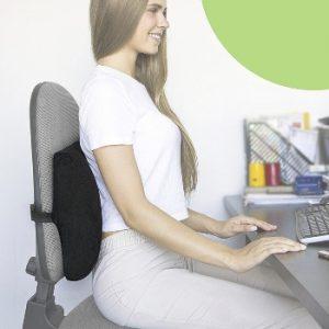 chica joven sentada en una silla con cojin lumbar