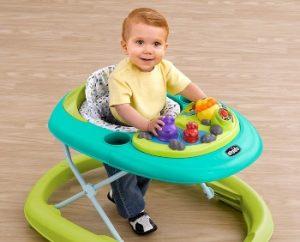 bebé agarrado a un andador colorido