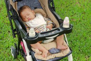 bebé durmiendo en una silla de paseo