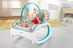 bebé en una mecedora blanca y azul claro