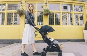 madre llevando un carrito de bebé ligero