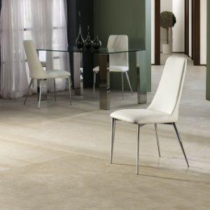 sillas blancas de comedor en el salón
