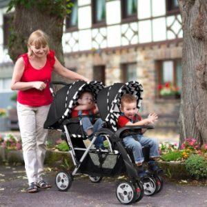 madre llevando a sus hijos en una sillita doble por la ciudad