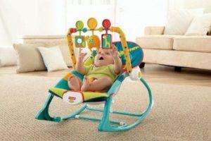 bebé divirtiéndose en una silla mecedora musical de color azul claro