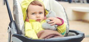 niña en un carrito vestida de amarillo