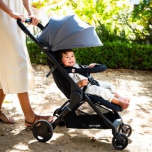 madre llevando a su bebe en una silla de paseo con paraguas