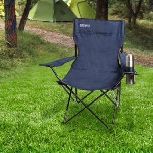 silla de camping grisácea en medio de un prado