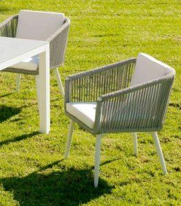 sillas blancas y acolchadas de jardín