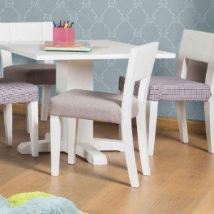 silla pequeña en una mesa pequeña