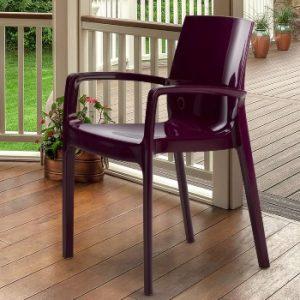 silla con reposabrazos en un porche al lado del jardín