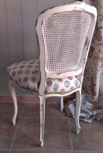 silla vintage blanca con decorado en el asiento