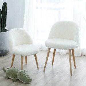 dos sillas blancas nórdicas de dormitorio