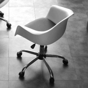 silla de oficina blanca giratoria con diseño moderno